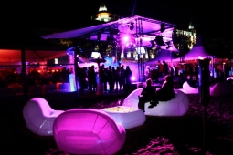 Location mobilier gonflable blanc et lumineux